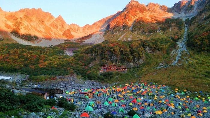 山間に貼ってある沢山のテント