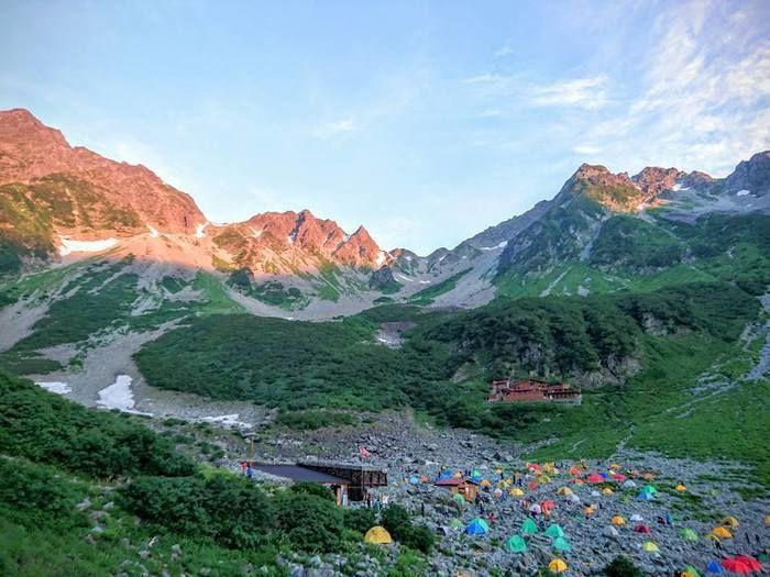 夕日に照らされている山の写真
