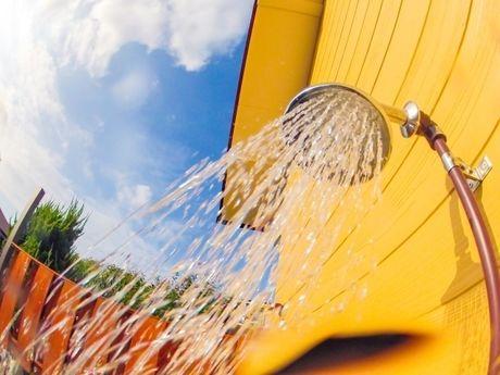 シャワーから水が出ている写真
