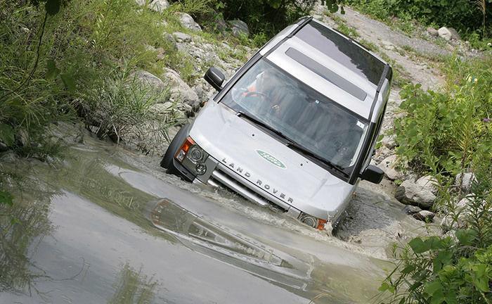 早川町オートキャンプ場のオフロードを走っている車の写真