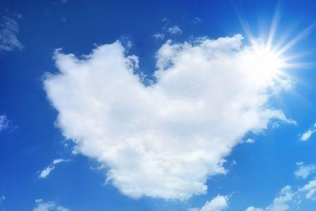 青空と雲と太陽の写真