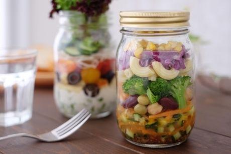 サラダの入ったメイソンジャーの写真