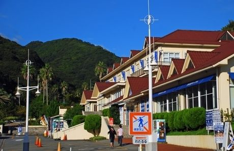 山の麓に立っている建物の写真