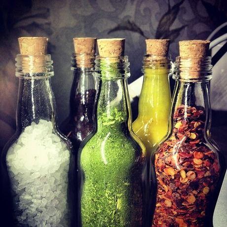 色々な調味料がスパイスボトルに入っている写真