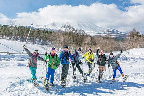 スノーシューをしている人たちの写真