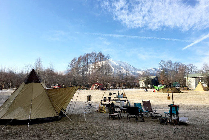 芝生の上にテントが貼ってある写真