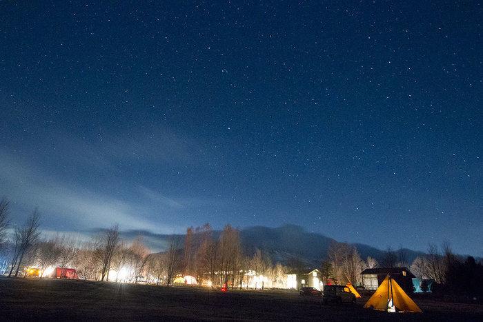 テントサイトからの夜空の写真