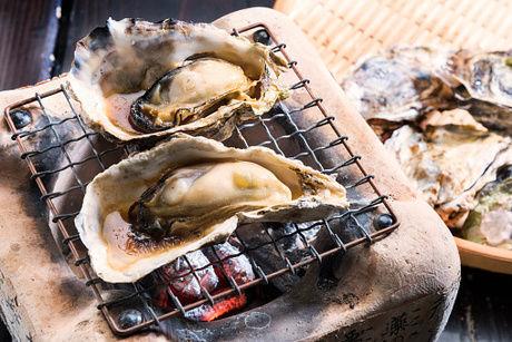 コンロで牡蠣を焼いている様子