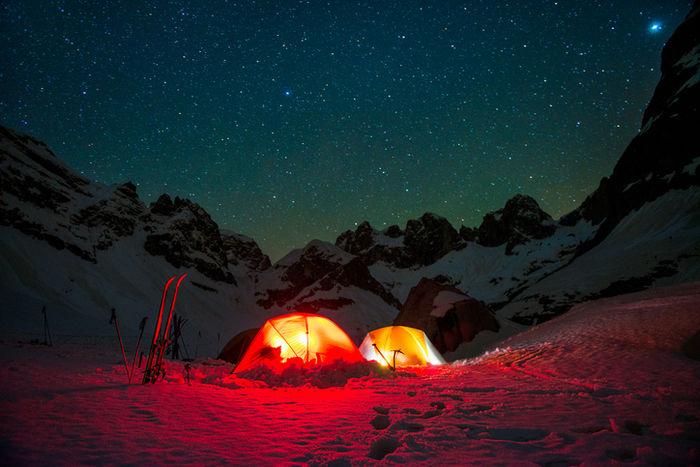 雪上キャンプのテントと星空