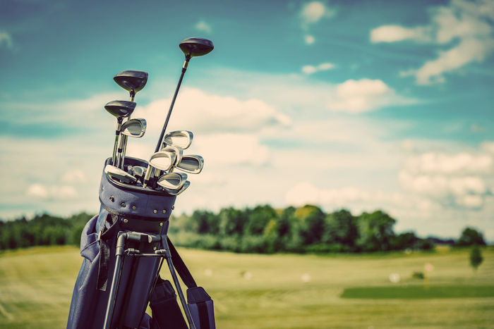 ゴルフバッグからクラブが出ている写真