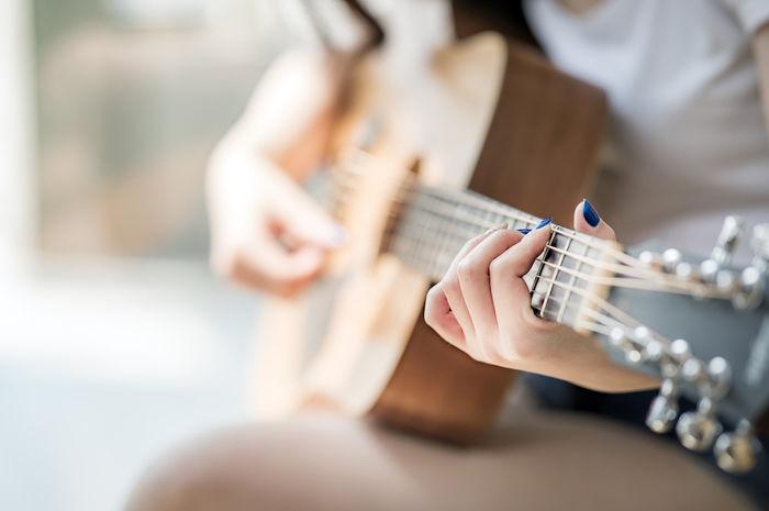ギターを引いている人の写真