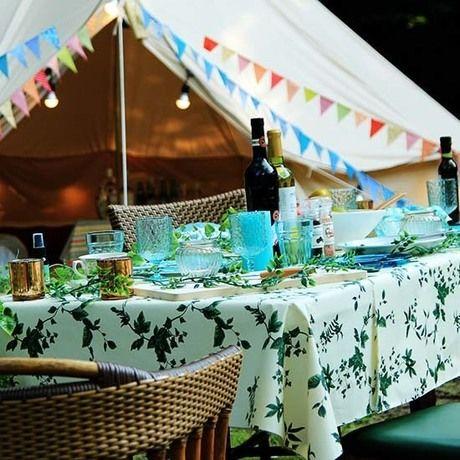 装飾されたテーブルに食器が並んでいる写真