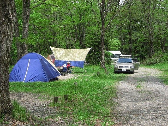 山の中でテントを張っている写真