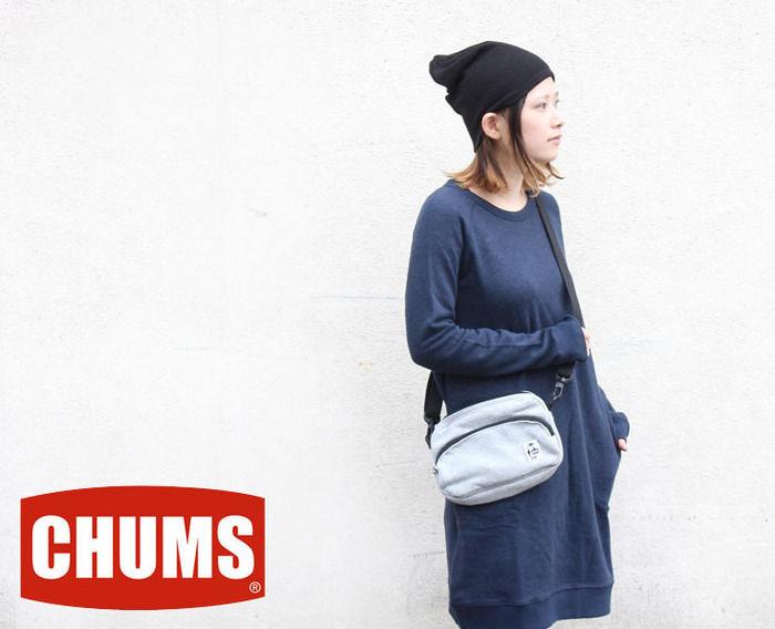 チャムスのショルダーバッグをかけた女性の写真