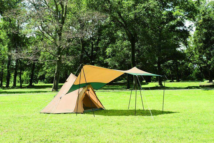 綺麗な芝生の広場に貼ってあるテンとタープの写真
