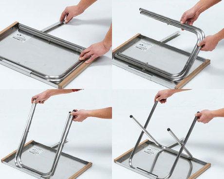 ユニフレームのテーブルを折りたたんでいる写真