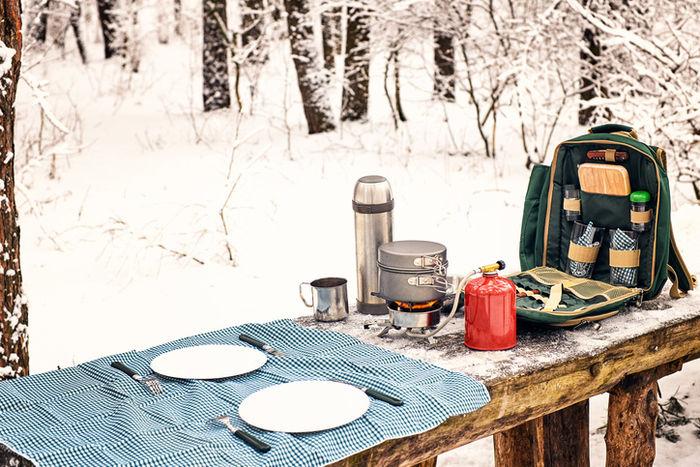 雪山の中での食事
