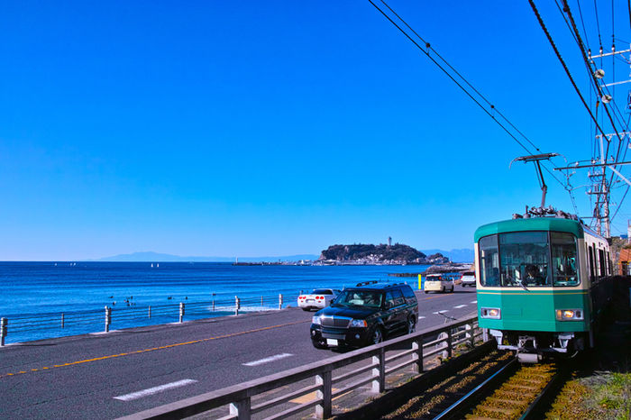 海沿いを走っている江ノ電の写真
