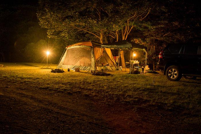 テントサイトを照らすランタン