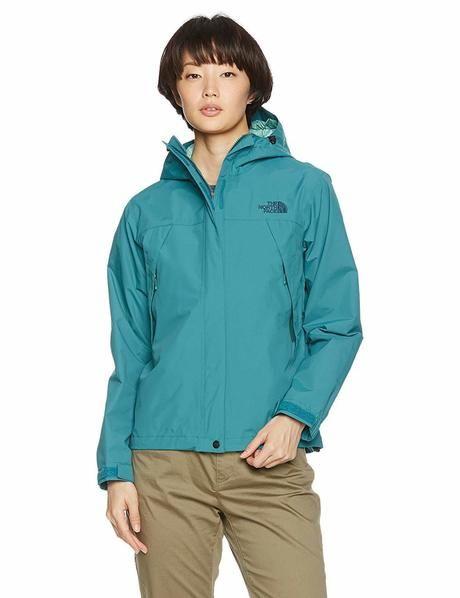 ザ・ノース・フェイスのジャケットを着ている女性の写真