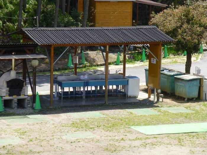 十二坊温泉のキャンプサイトにある流し台の写真