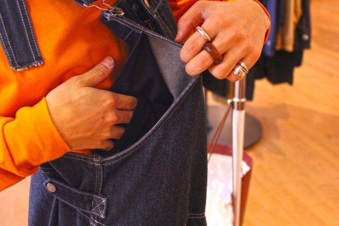 オーバーオールについている裏ポケットの写真