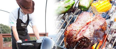 ワイルドクッキングガーデンのスタッフが食材を焼いている写真