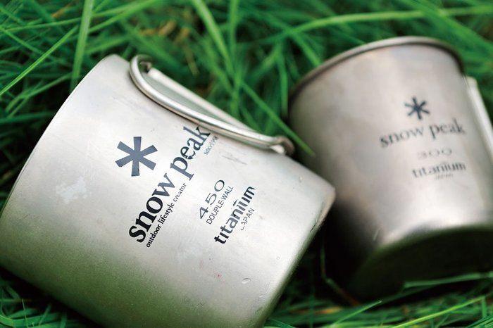 スノーピークのマグカップが草の上に置かれている画像