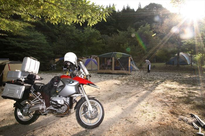 キャンプ場に止まっているバイクの写真