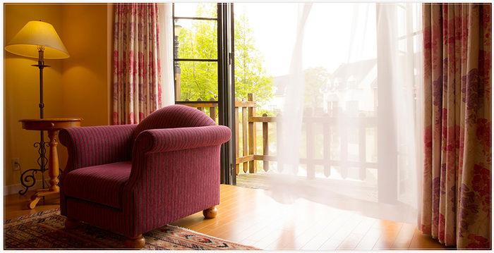 コテージ内のソファー