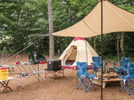 キャンプ場のテントとタープ