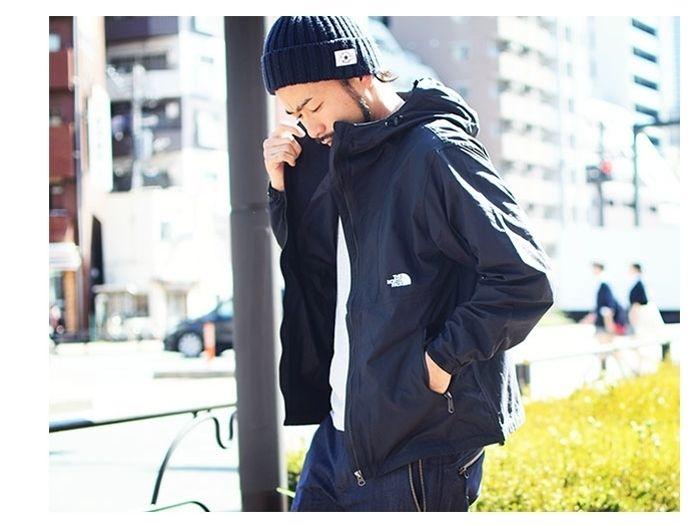 ノースフェイスのジャケットを着ている男性