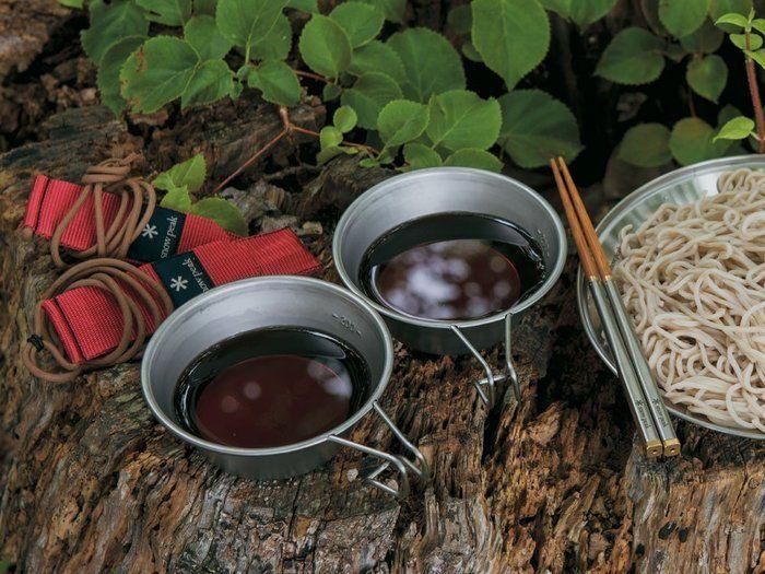 自然の中で使用されているシェラカップ