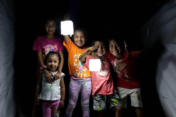灯りのついたランタンを持っている子供達の写真