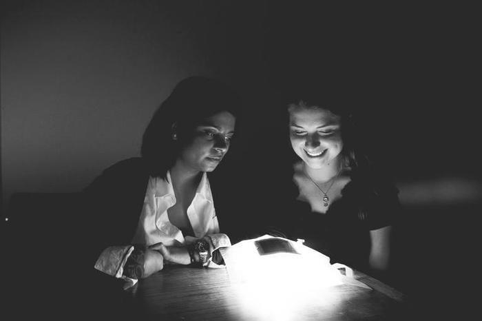 ランタンの光を見ている女性の写真