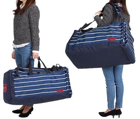 コールマンのボストンバッグを肩に持っている女性