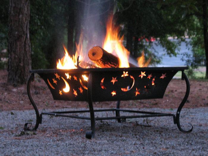 キャンプファイヤー 焚き火