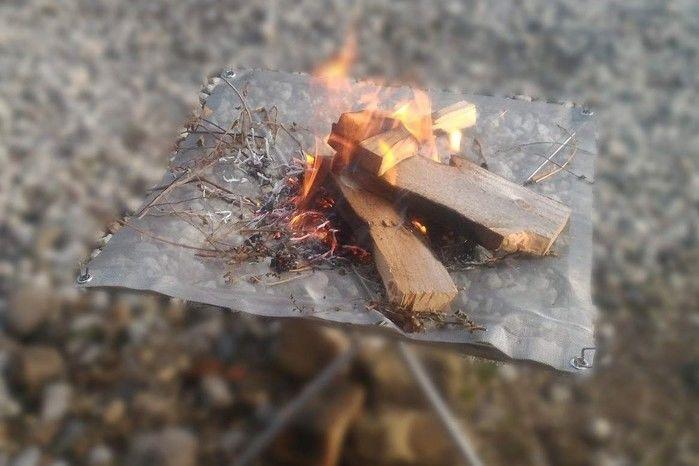 自作の焚き火台で焚き火をしている写真