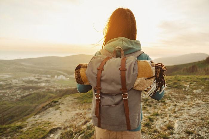 山の山頂 女性の後ろ姿