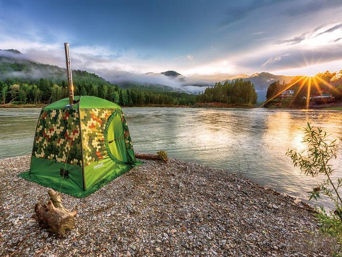湖畔の近くに立つテントサウナ