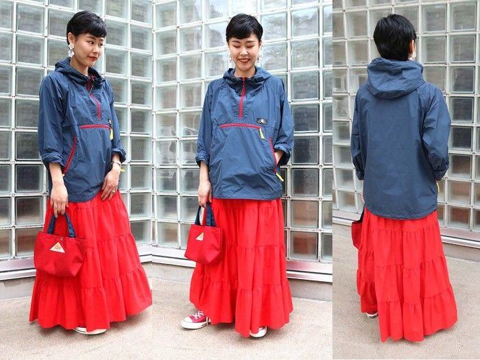 スカートとマウンパを合わせたコーデをしている女性の写真