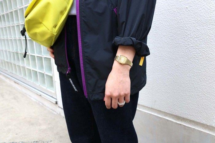 腕時計とリングをつけた女性の腕の写真
