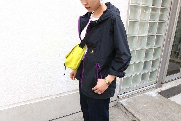 マウンテンパーカーを着ている女性の写真