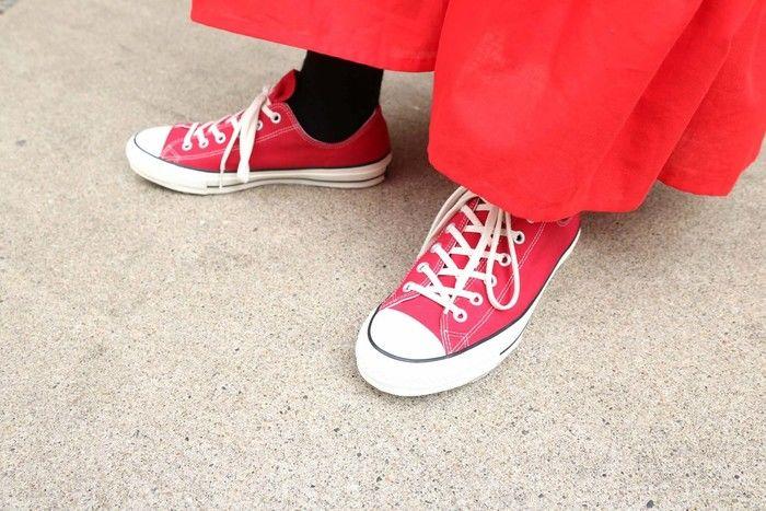 赤いコンバースと赤いスカートのコーデの足元の写真