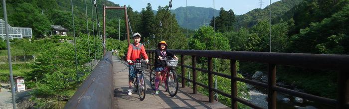 自転車にまたがる子供たち