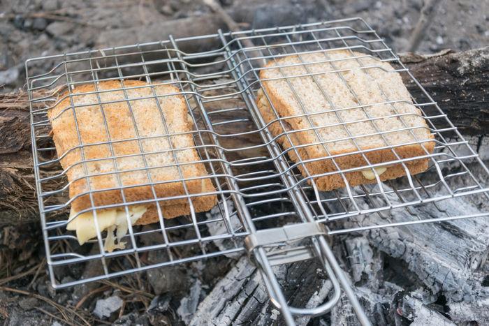 ホットサンドメーカーで挟んで焼いている食パンの写真