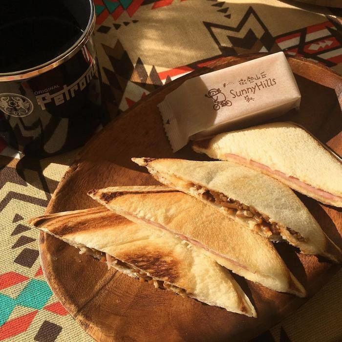 焼きそばを挟んだ食パン