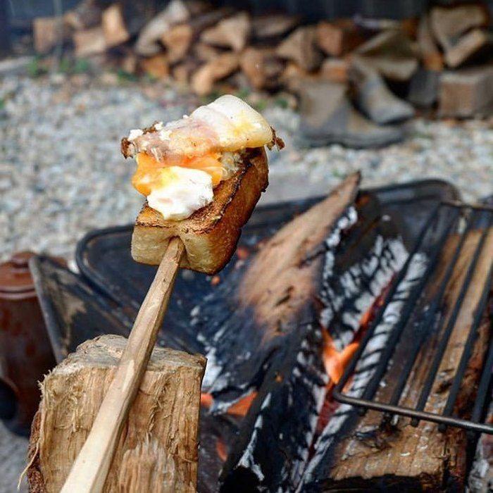 串にさした食パンを焼いている写真