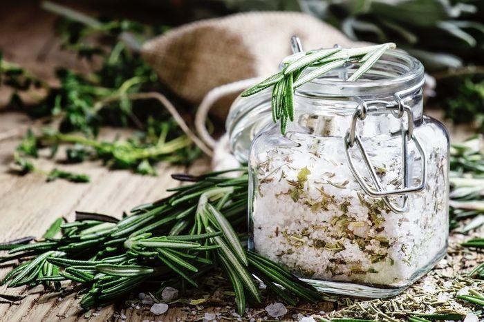 透明な入れ物に入った塩