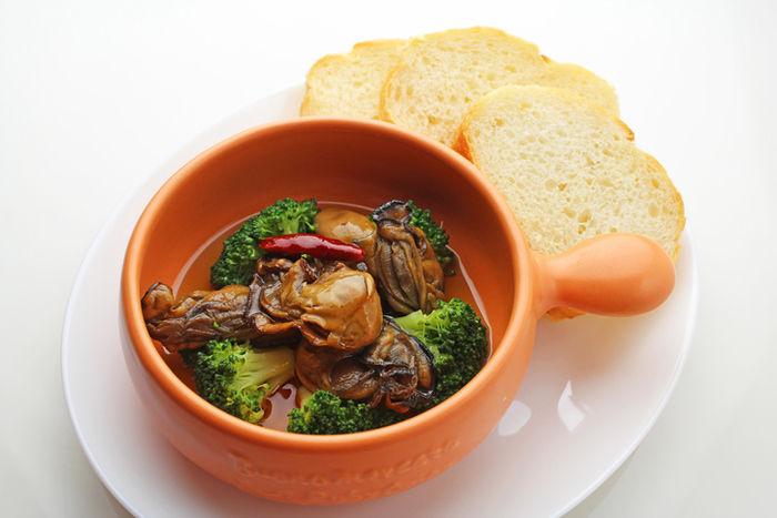 牡蠣のアヒージョとパン